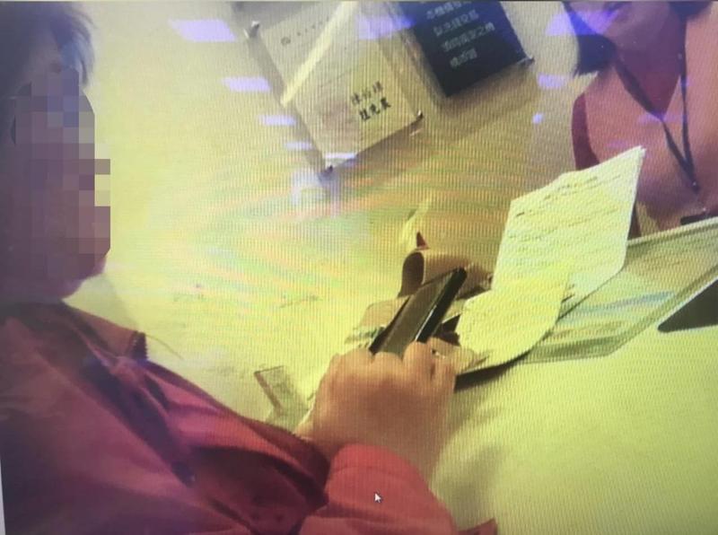 李婦向銀行櫃檯表示欲解除定存,匯款百萬給友人。(翻攝畫面)