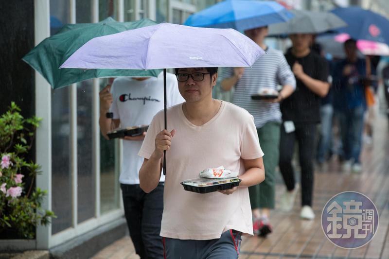 氣象局今早10點15分發布大雨特報,南部地區有局部大雨發生機率。