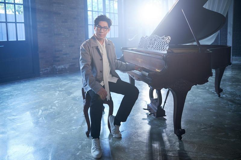 品冠推出新歌〈最佳前任〉,MV大秀琴技,並反諷高唱「去你的幸福」。(海蝶提供)
