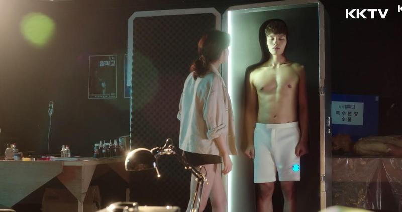 童星出身的呂珍九(右)在《絕對達令》轉大人,首集就大秀養眼身材。(KKTV提供)