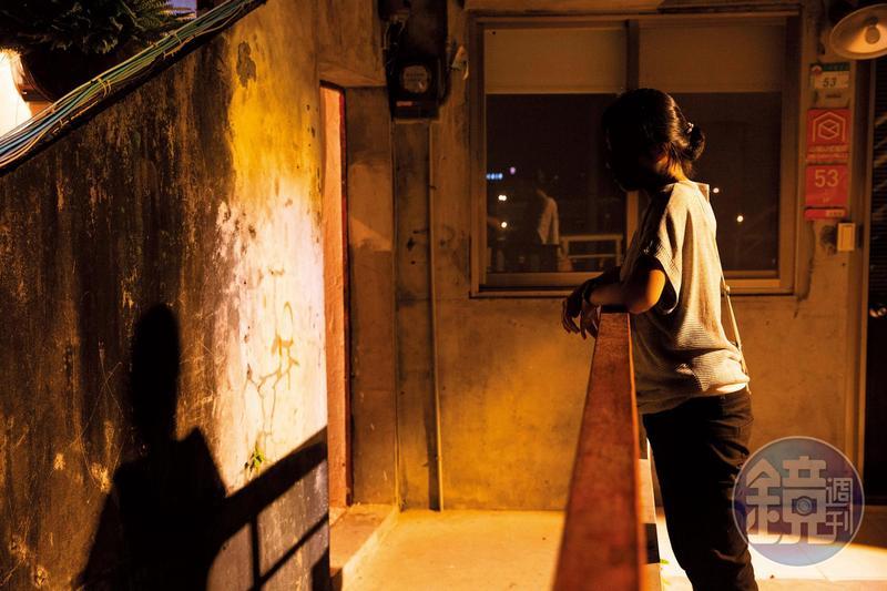 曾小姐說她通報過幾次家暴,但警方處理的積極度讓她無法信任;目前這對情侶是靠NGO(非政府組織)社工的協調與幫助,盡量減少發生家暴的次數。