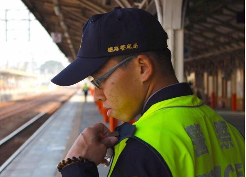 殉職的台鐵警察李承翰將於16日上午舉辦告別式,屆時台鐵全台列車將同步鳴笛致敬。(翻攝畫面)