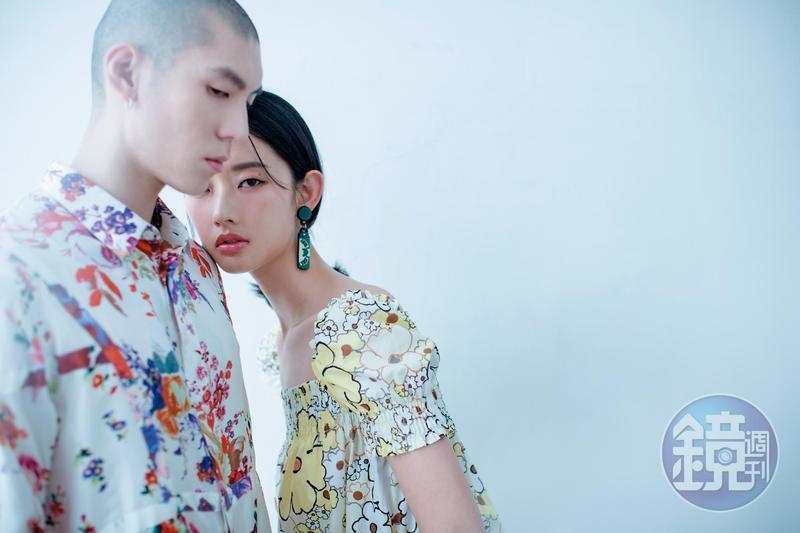 女:耳環 NT$4,980 by YAZBUKEY/印花府綢洋裝 NT$63,000 by MiuMiu;男:白色絲質花卉圖騰襯衫 價格店洽 by Dior