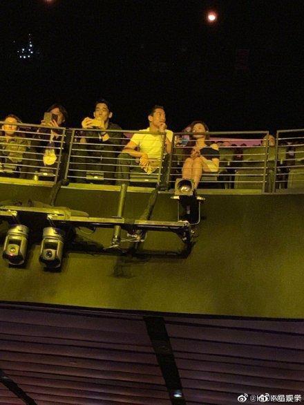 俊男美女組合在演唱會現場吸引不少目光。(翻攝新浪微博)