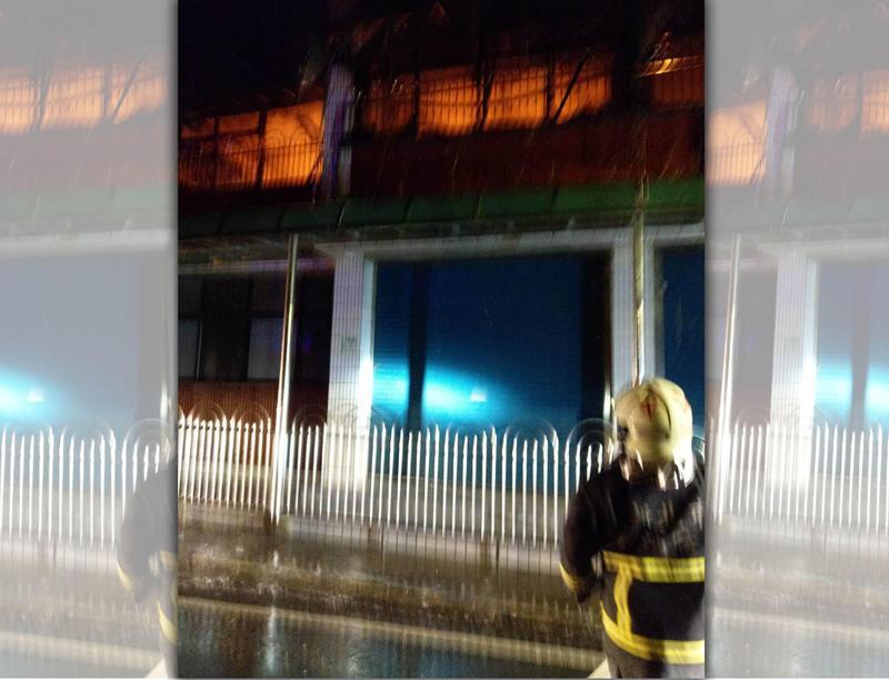 火舌在2樓悶燒,濃煙卻因煙囪效應往上竄,造成4樓4人受困。(翻攝畫面)