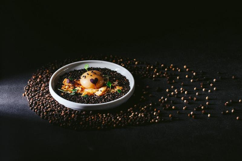 廚魔梁經倫今年初來台灣走了一遭,之後便創造出這道以胡椒餅為靈感的「神秘小球、燒餅、芝麻P.O.P」。(Daimon犇 廚魔館提供)