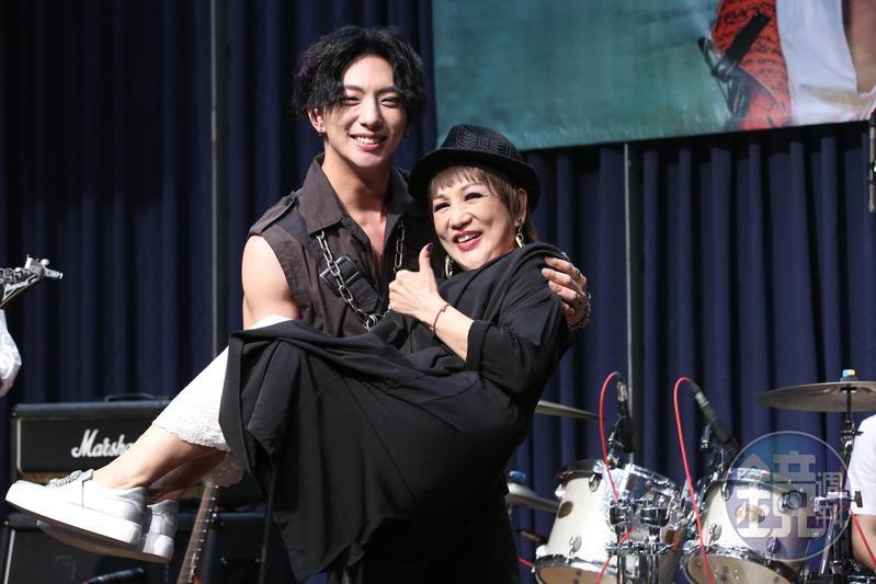 明杰開唱找媽媽同台,明杰媽媽是歌仔戲演員,長期演出楊麗花歌仔戲。