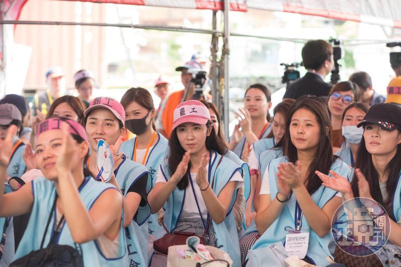 長榮勞資雙方終於達成共識,並完成簽訂團體協約,宣告17天的罷工行動正式落幕。