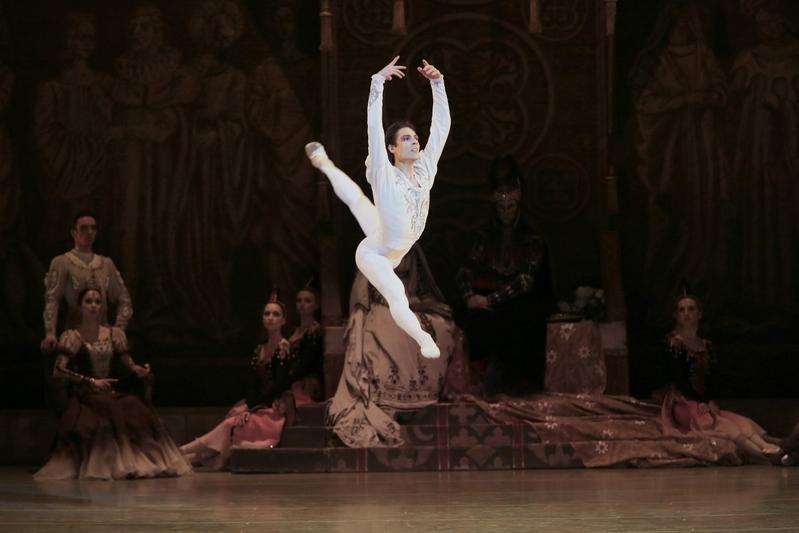 亞斯克羅夫擁有一雙長腿,擅長抒情浪漫的角色,堪稱全才型「王子」。(牛耳藝術提供)