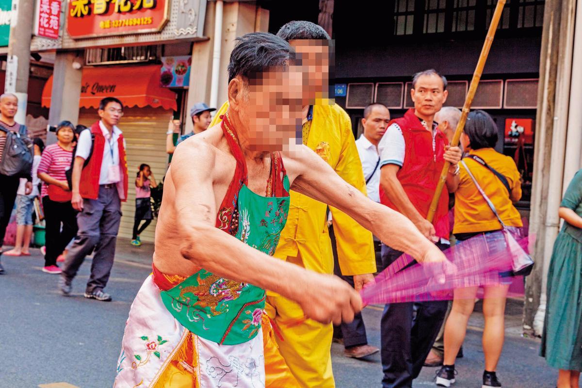 乩童在台灣民間信仰有重要地位,信徒普遍認為神明會藉由乩童傳達訊息,或幫信徒化解厄運。圖非當事人。(東方IC)