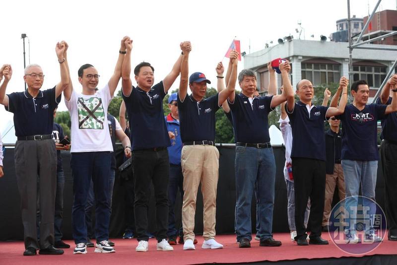 國民黨總統初選民調今起跑,圖為朱立倫(左2起)、周錫瑋、郭台銘、張亞中、韓國瑜參加「反鐵籠公投凱道大會師」。