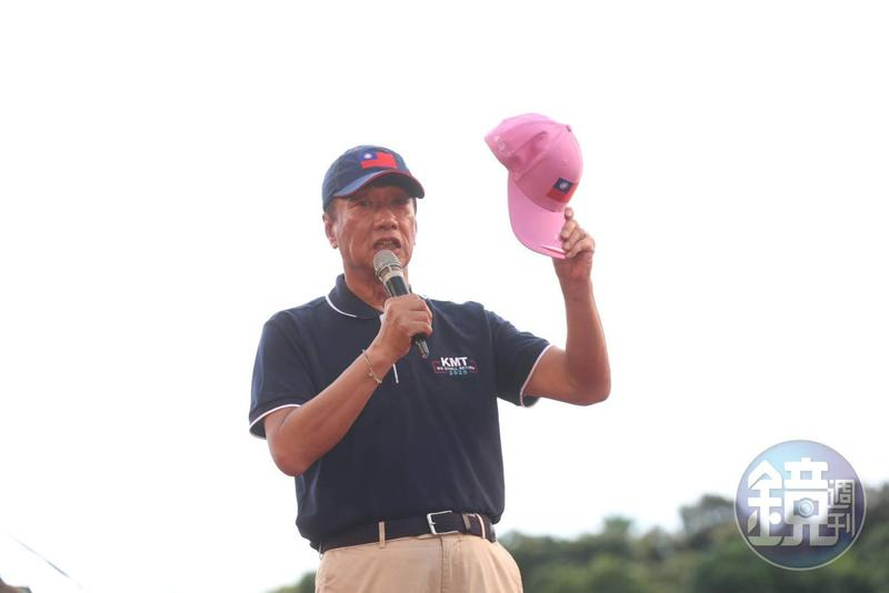 國民黨舉辦「反鐵籠公投」後,郭台銘帶著繡有「蔡英文」的粉紅色國旗帽前往總統府,不過在門口等待30分鐘卻遲遲不見總統府派人來拿。