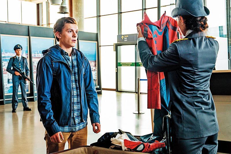 《蜘蛛人:離家日》藉歐洲之旅描寫了主角群的校園日常,反差趣味有創意,但劇情主線卻略嫌潦草。(迪士尼提供)