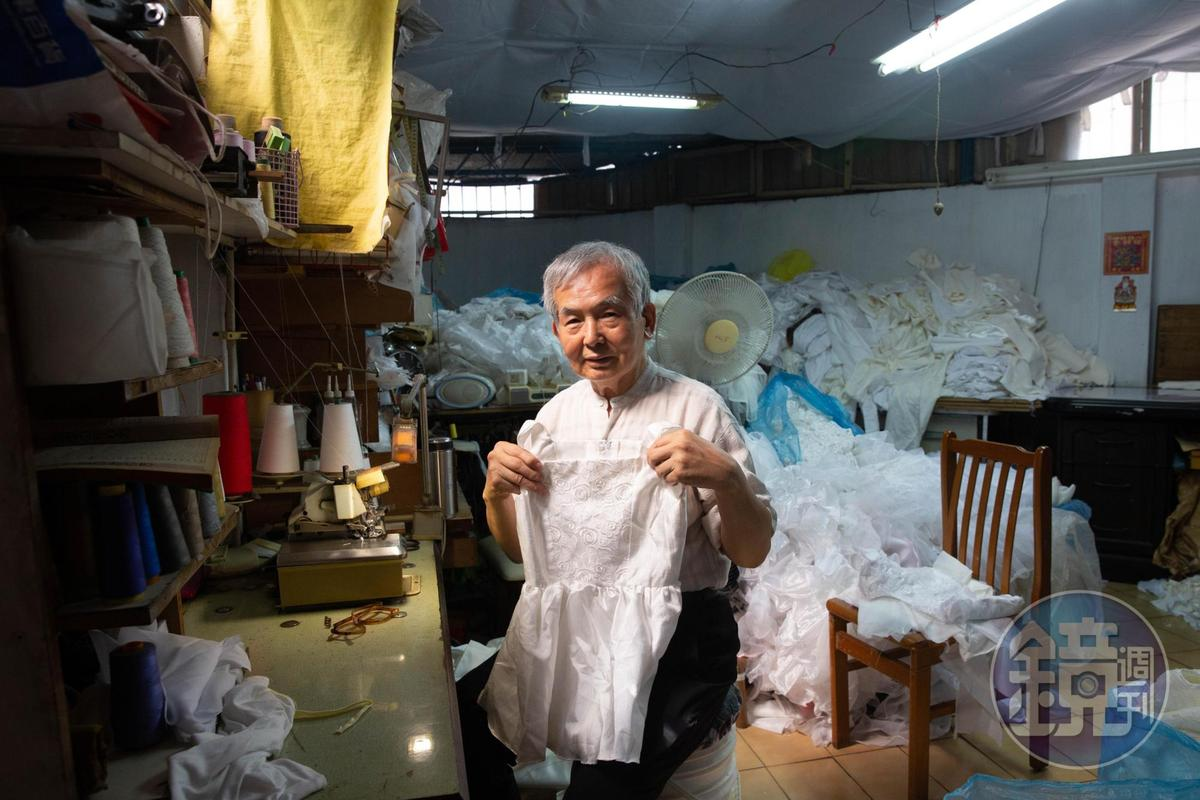 工作室裡成堆的布料、桌椅、日光燈檯都是林哲慧外面撿回來的。