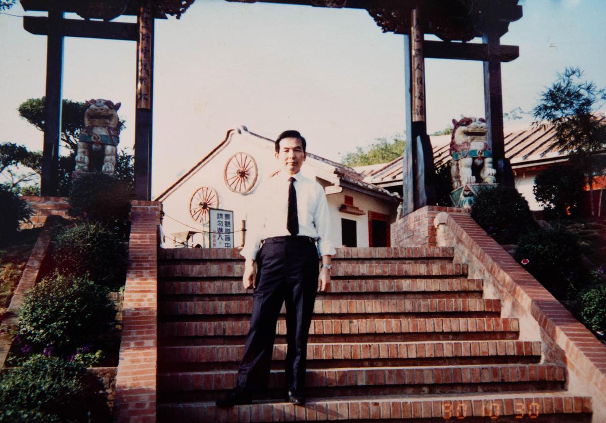林哲慧參加工廠辦的員工旅遊,身上的西裝是老闆送他的二手衣。(林哲慧提供