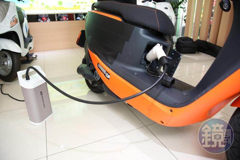 IE125可在家充電,也能在充電站快速充電,快充10分鐘可跑40公里,是最大賣點。