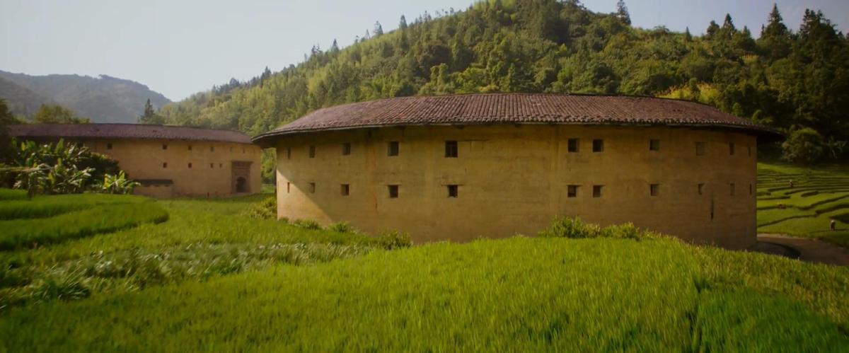 民間故事中花木蘭是北方人,但電影裡她住的地方卻是福建的土樓。(翻攝自預告)