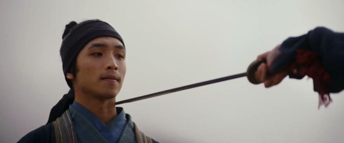 真人版《花木蘭》少了李翔角色,而是由紐西蘭華裔演員安佑森演出的士兵成為花木蘭的戀人。(翻攝自預告)