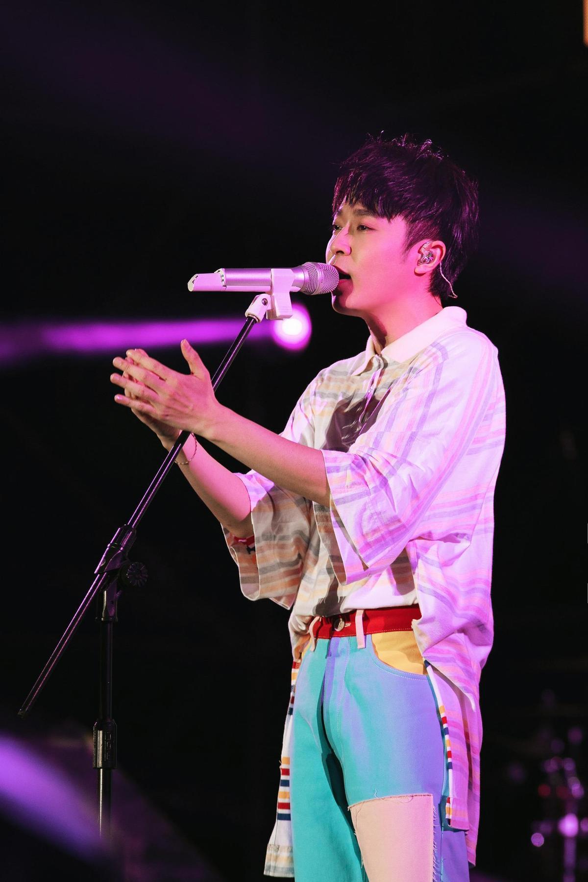 吳青峰在高雄啤酒音樂節一共演唱10多首歌曲,唱好唱滿。(環球音樂提供)