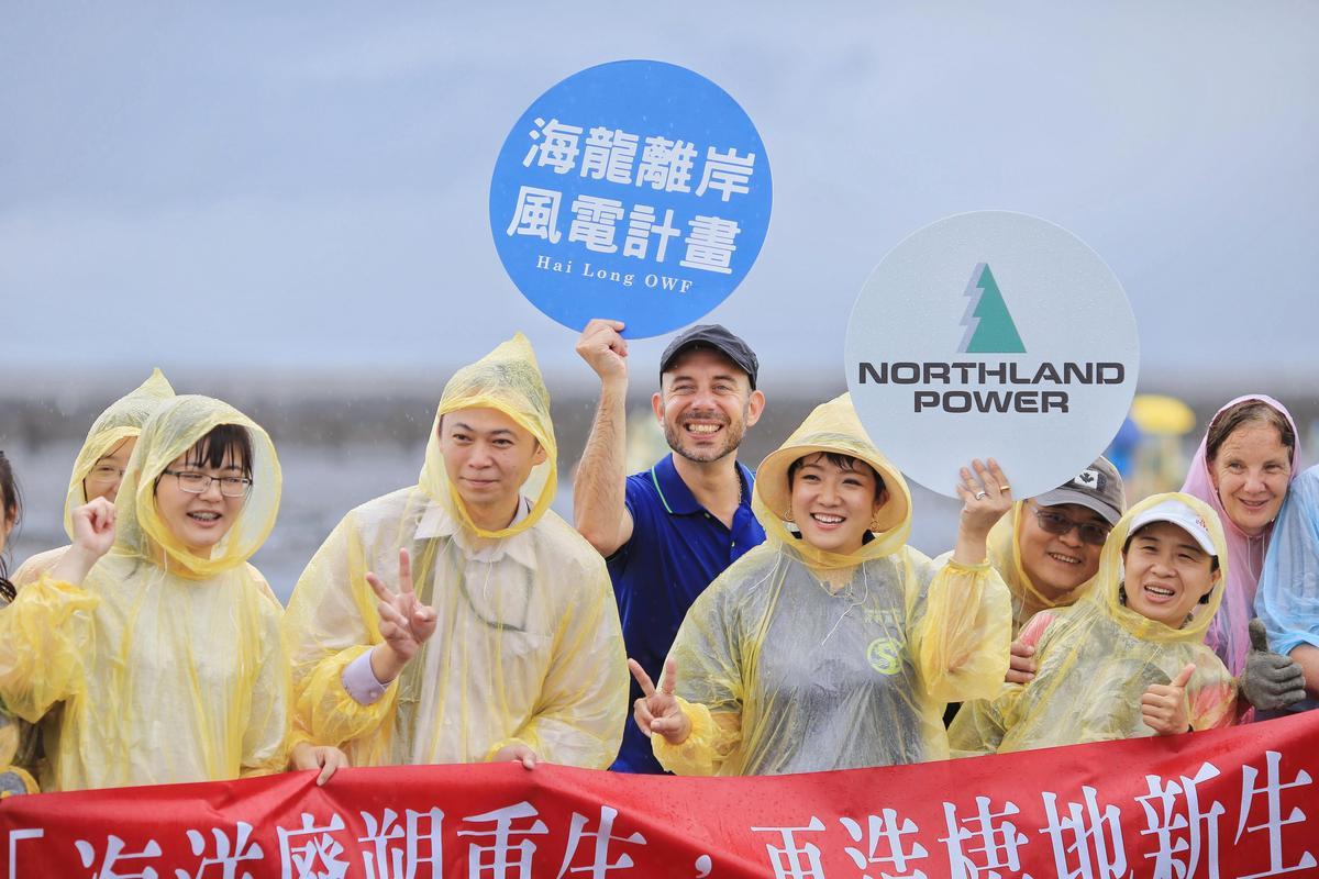 海龍計畫團隊一起到王功漁港參與淨灘活動,為環境貢獻心力。
