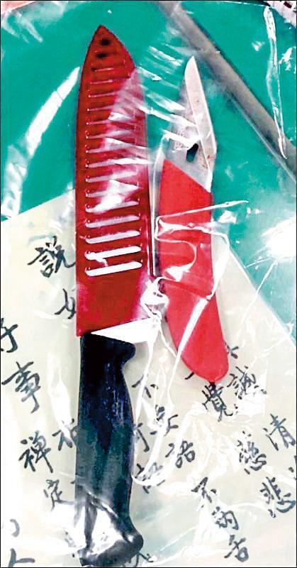 警方從鄭嫌身上搜出尖刀及水果刀。(翻攝畫面)