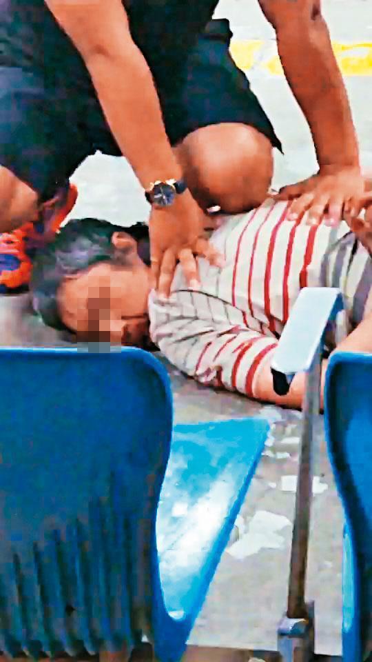 鄭嫌刺警後,被見義勇為的民眾及站務人員壓制在地。(翻攝畫面)