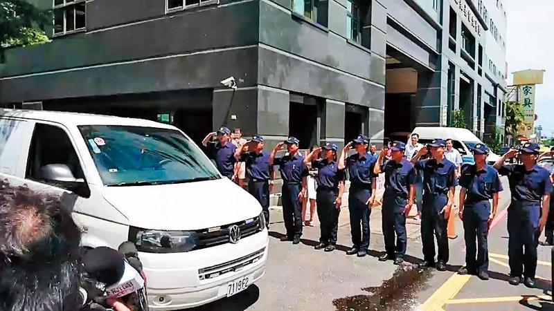 李承翰的遺體送往殯儀館時,鐵路警察局同事列隊送別。(翻攝畫面)