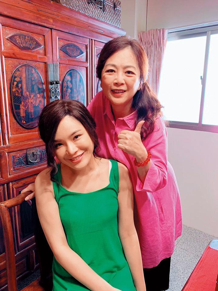 導演趙永馨(右)看上陳沂的鮮明特色,力邀她拍攝自己的畢製電影。(陳沂提供)