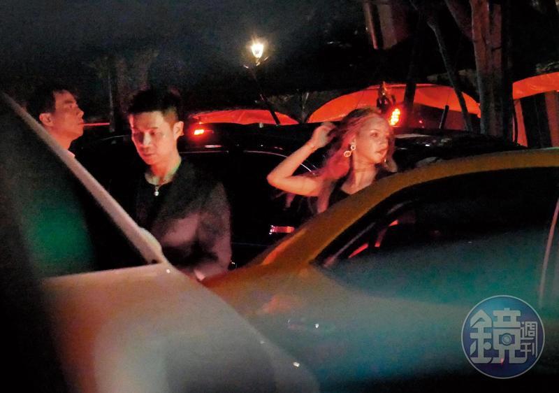 與許雅鈞同車的女子,準備上車的時候風情百百款。