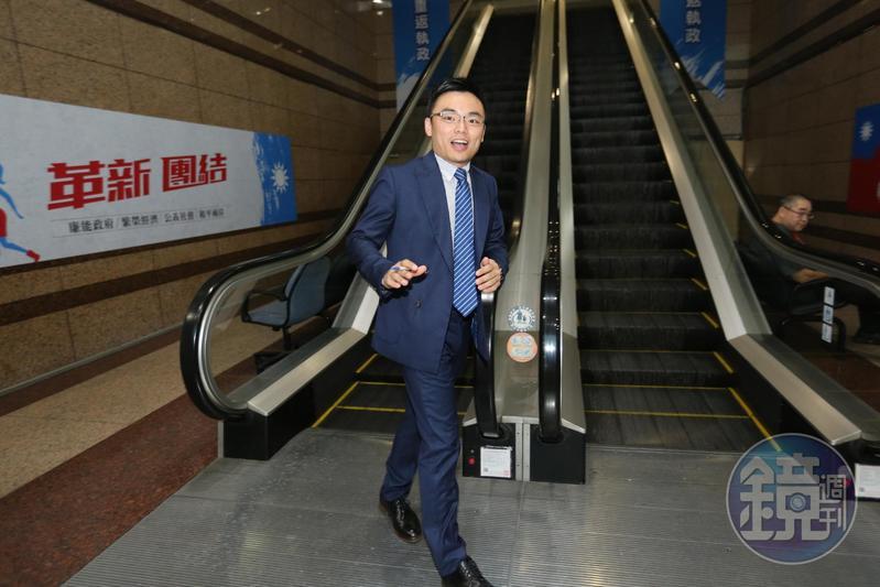 總統蔡英文在文件上署名「台灣總統」,國民黨文傳會副主委洪孟楷轟自我矮化。
