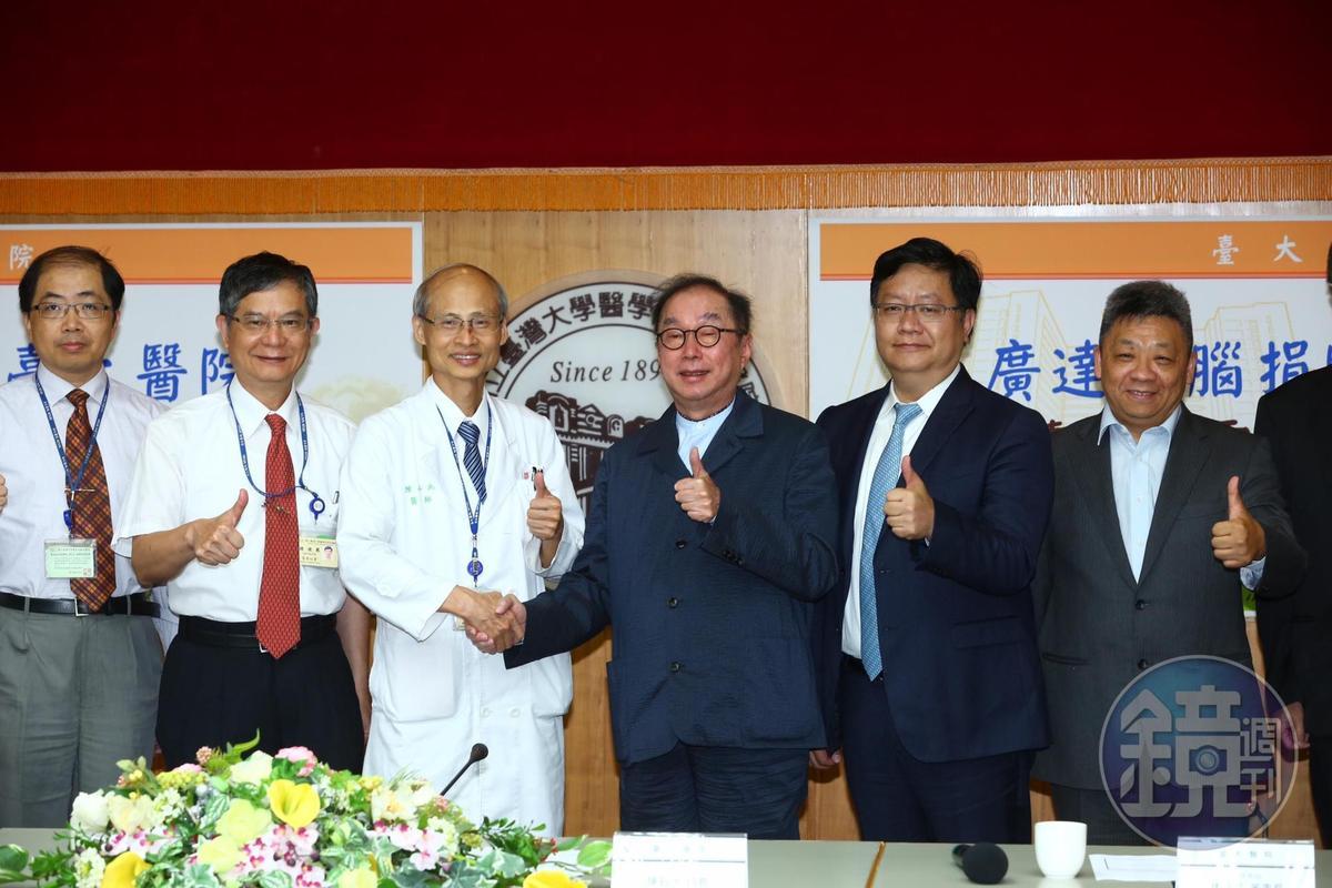 看好智慧醫療發展,廣達電腦捐贈台大醫院AI醫療雲運算整合平台,董事長林百里和台大醫院院長陳石池連袂出席。