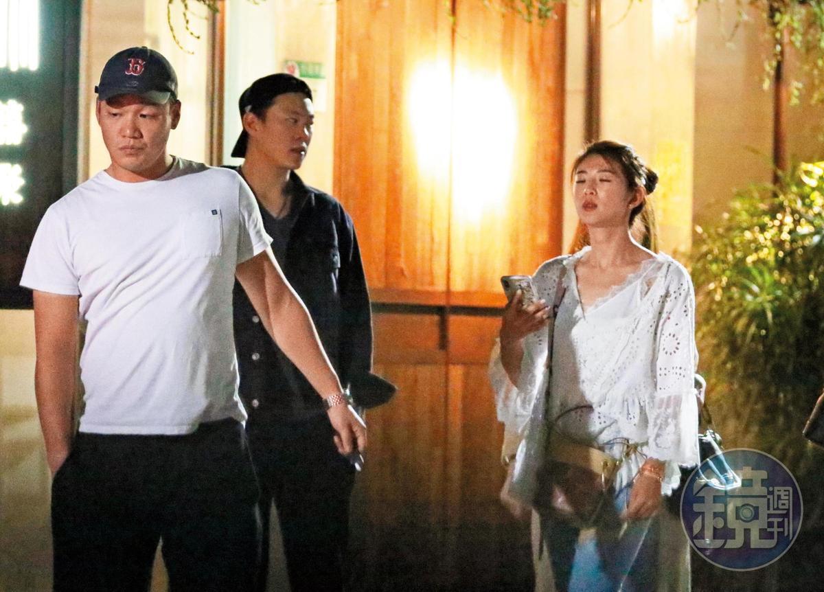 6/8 22:34 趙筱葳和肌肉男友,及星光空姐林佩瑤等友人在台北市東區餐廳聚會結束,一行人在店門口邊等計程車邊「吞雲吐霧」聊天。
