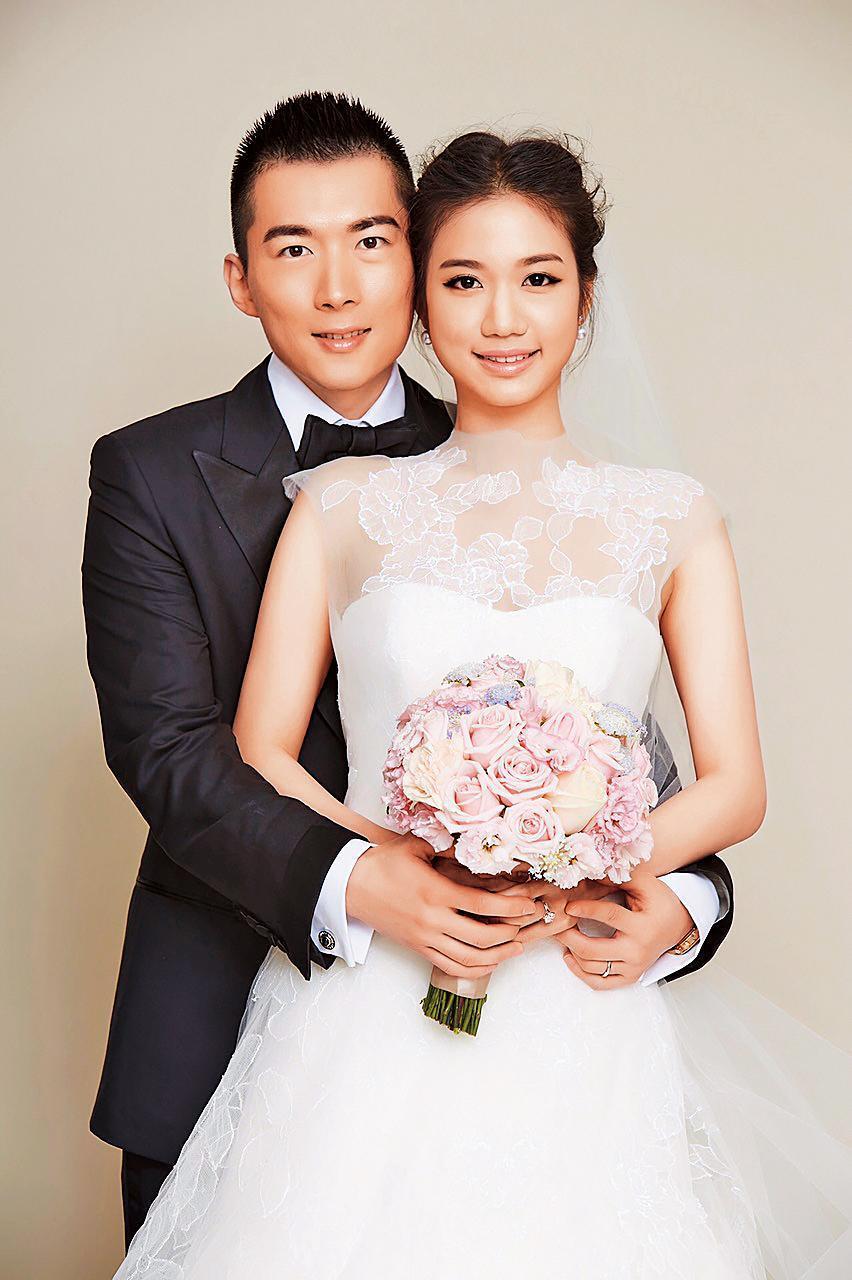 蔡承儒(左)和鄭舒秦(右)已結婚逾3年,夫妻感情和睦。(富邦金控提供)