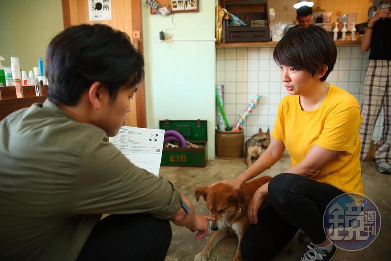 每隻流浪動物送養前夕,譚柔(右)都會針對送養人進行家訪與條件資格篩選。