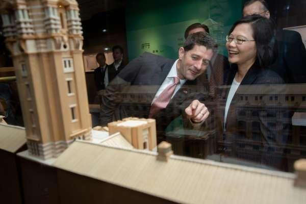 2019年4月15日,紀念「台灣關係法」40周年和美國在台協會成立40周年,蔡英文總統接見來訪美國前眾院議長萊恩。(總統府)