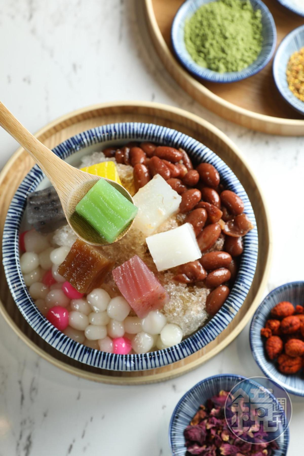 粉粿刨冰依配料編號,「黑糖4號」搭配花豆和湯圓,甜度剛好。(55元/碗)