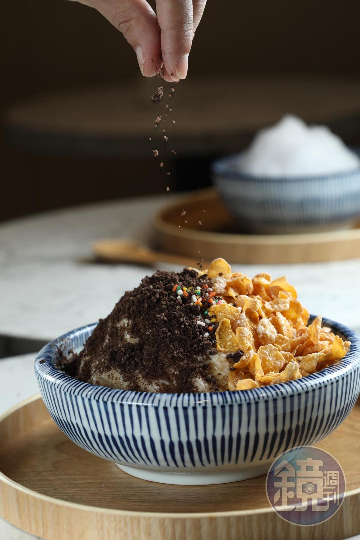 「OREO黑糖雪花冰」的玉米片和OREO餅乾碎,意外與台味黑糖頗合拍。(95元/碗)