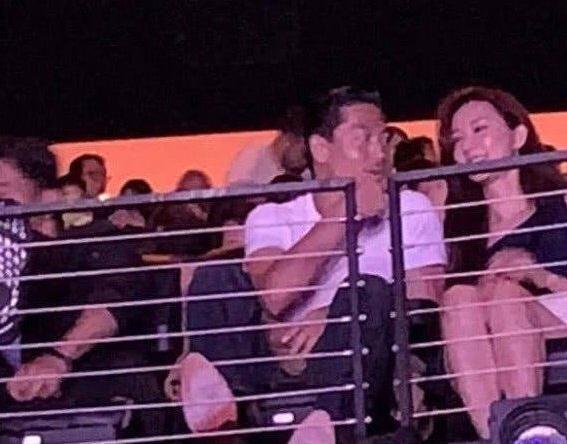 有大陸網友PO出在美國洛杉磯捕獲野生林志玲和老公AKIRA 一起看演唱會的照片,感覺相當甜蜜。(翻攝自網路)