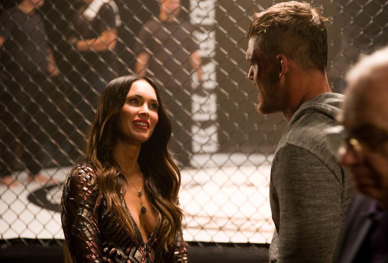 梅根福克斯在片中與男友分手又想復合,她穿著深V亮片佯裝,一對水滴C奶讓人看得臉紅心跳。(威視提供)