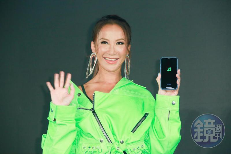CoCo李玟為LINE MUSIC代言,以一身古銅膚色現身。