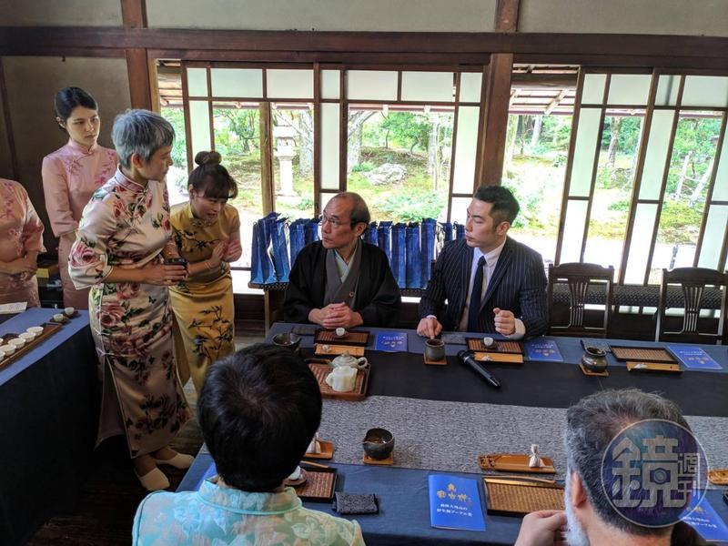 京都市長等人用珍稀的茶壺、茶具品茶。