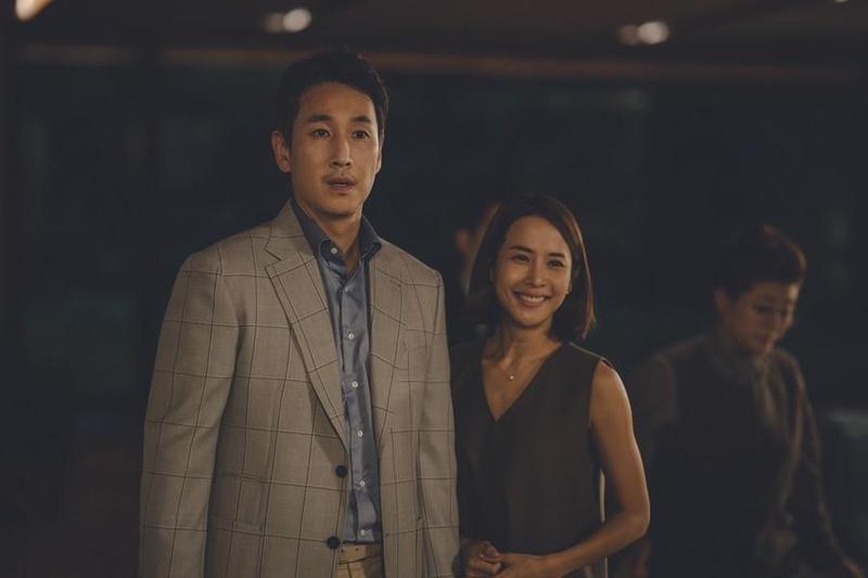 李善均(左)在新片《寄生上流》與曹汝貞有情慾戲,拍攝前特地先拿劇本給老婆過目。(CATCHPLAY提供)