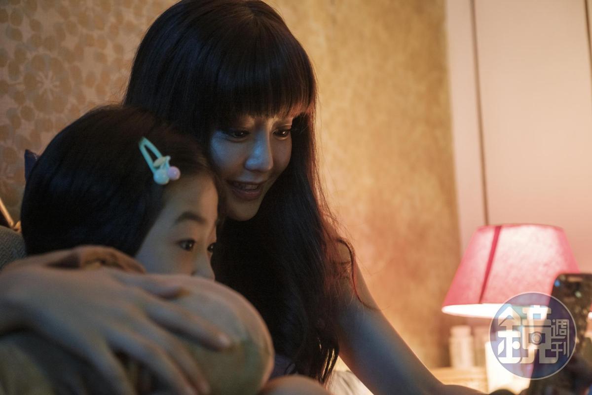 謝欣穎(後)在《住戶公約第一條》首度挑戰暗藏詭祕的腹黑單親媽媽角色。