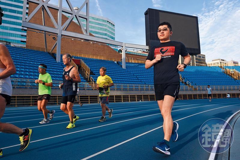 清晨5點40分起床外出晨跑,是黃豐凱二十年如一日的紀律生活。