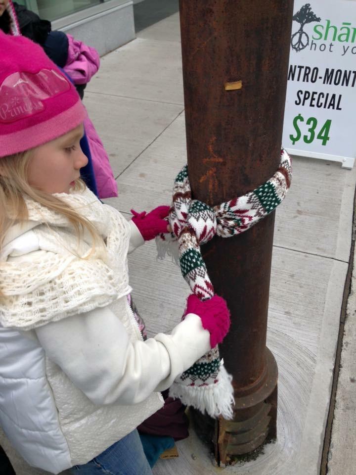 冒著零度的寒冷,嘉達和朋友在她7歲生日派對當天至哈利法克斯市區發送溫暖衣物。(瑪利亞基金會提供)