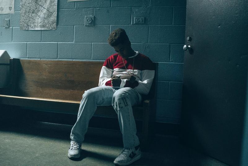 柯瑞懷斯本來只是陪同好友尤賽夫到警局應訊,結果也被當成嫌犯。(Netflix提供)