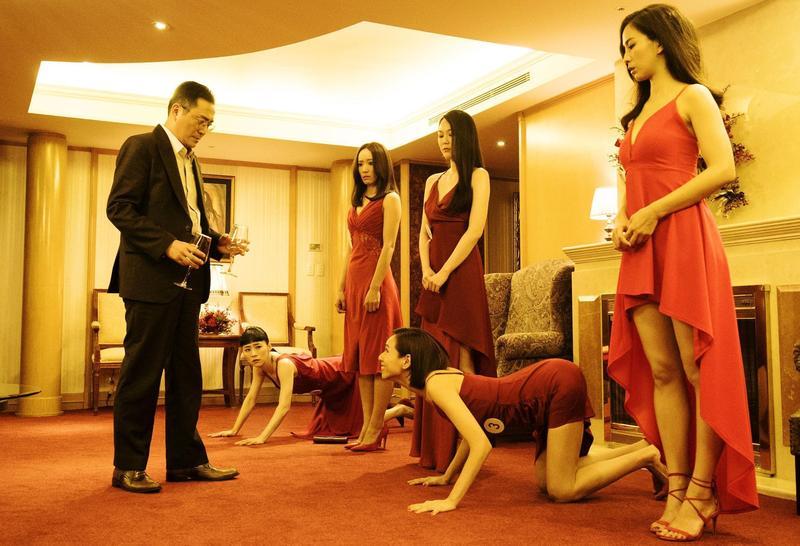 片中安排製片(湯志偉,左一)要女演員(左二吳可熙、右二夏于喬)學狗叫的情節,有人認為「非常政治不正確」。  (岸上影像提供)