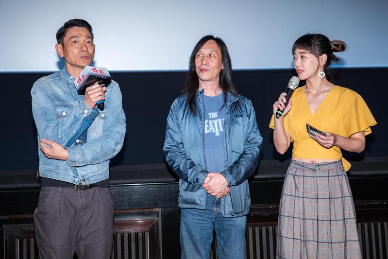 劉德華(左)稱讚古天樂唱功不錯,明年夠資格跟他一起拿最受歡迎男歌手獎項。(華映提供)