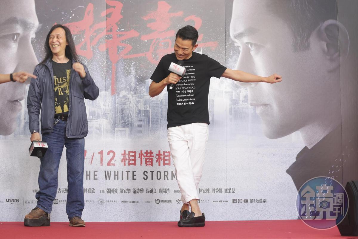 被黃子佼要求清唱一小段《掃毒2》的主題曲,劉德華不僅唱了,還跳出他的招牌舞步說thank you。