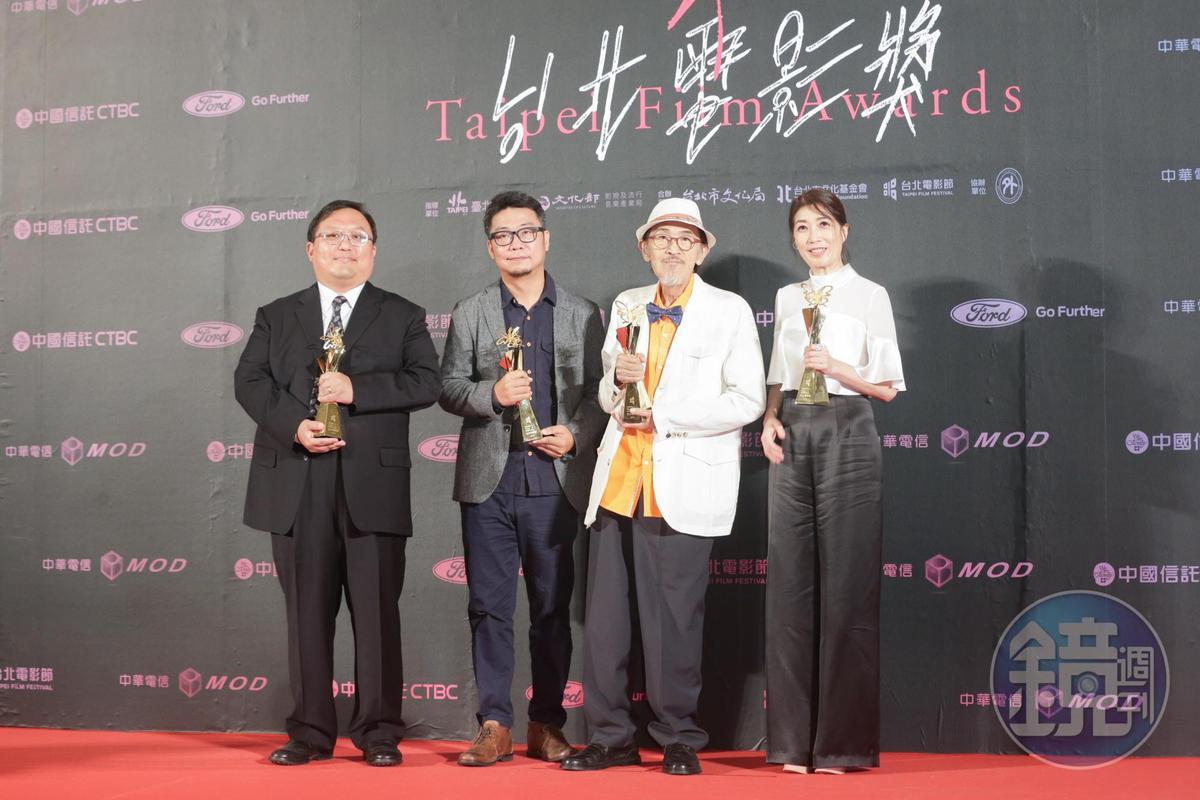 電影《老大人》在台北電影獎拿下包括最佳劇情長片等四座獎項,製片唐在揚(左起)、最佳攝影周以文、最佳男主角小戽斗、最佳女配角黃嘉千。